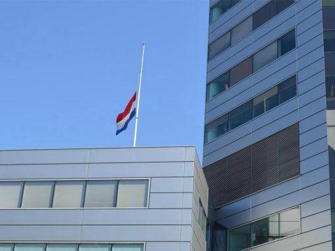 De vlag hangt half stok op het kantoor van NS in Utrecht