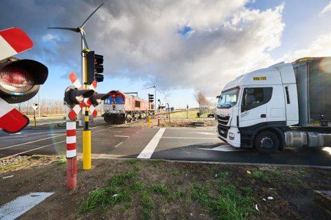 Een spoorwegovergang in de haven van Antwerpen, foto: Infrabel