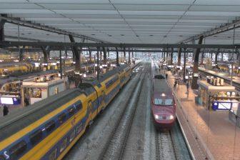 Een trein van Thalys en NS op station Rotterdam Centraal