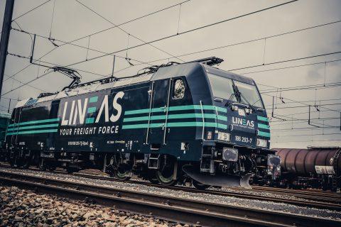 Een elektrische goederentrein van Lineas