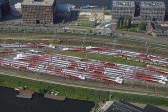 Rangeerterrein langs de Piet Heinkade met de buiten dienst gestelde Fyra treinen, foto: Hollandse Hoogte