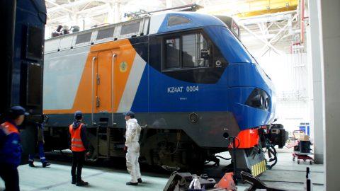 Een locomotief in onderhoud in de Alstom-fabriek in Kazachstan, foto: Dianne Huijskens