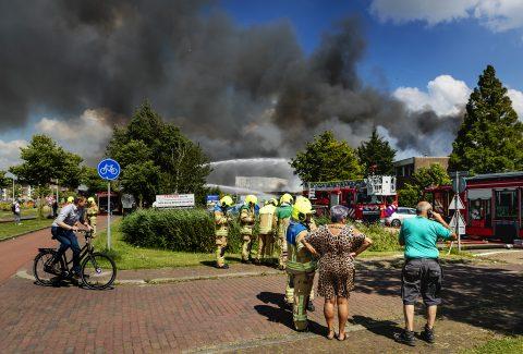 Bij een kringloopwinkel in Berkel en Rodenrijs woedt een zeer grote brand, foto: ANP