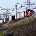 Een goederentrein met containers rijdt bij Europoort in Rotterdam, bron: Hollandse Hoogte