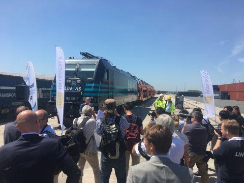 Een Lineas-goederentrein vervoert automodellen van Volvo