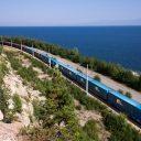 Een goederentrein rijdt langs het Baikalmeer in Siberië, foto: Russische spoorwegen (RZD)