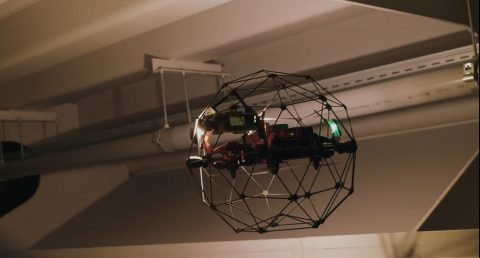 Een drone inspecteert een spoorbrug, foto: NS
