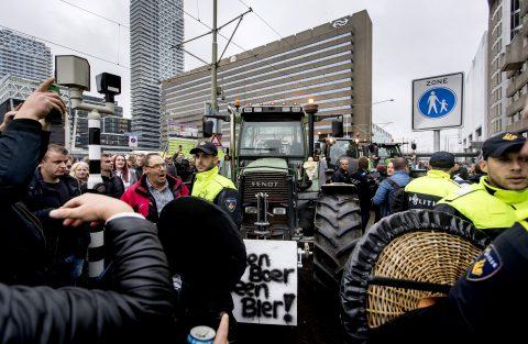 Honderden demonstrerende boeren blokkeren tramlijnen en steken vuurwerk af, foto: ANP