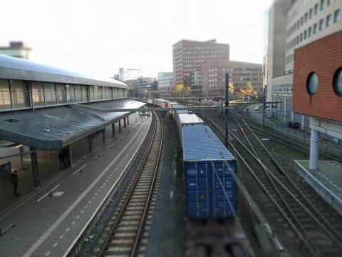 Een lange goederentrein op station Amersfoort