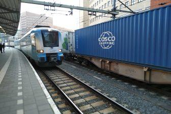 Een trein van Connexxion en een containertrein op station Amersfoort