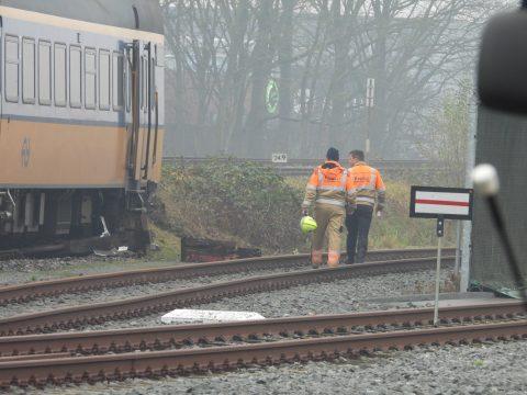 Trein rijdt dwars door stootjuk in Leeuwarden, foto: AS Media