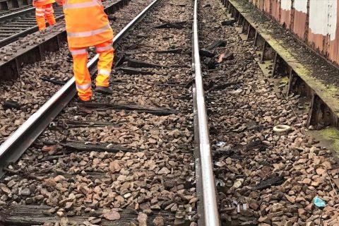 Schade na een ontsporing van een goederentrein in Londen, foto: Network Rail