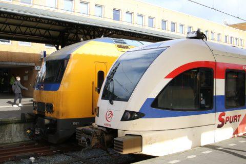Een trein van NS en Arriva op station Groningen