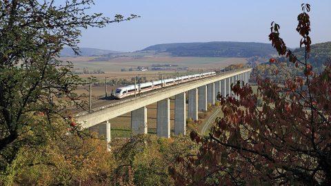 ICE 4 rijdt over Bartelsgrabenbrug