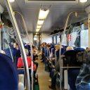 Reizigers reden mee met de zelfrijdende trein in Groningen