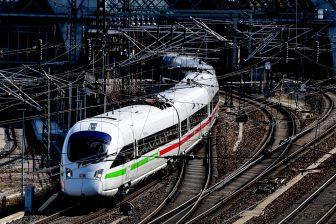Een ICE-hogesnelheidstrein verlaat het centraal station van Dresden in Duitsland, foto: ANP