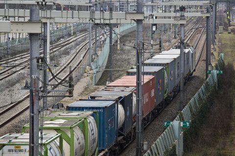 Een goederentrein komt bij Zevenaar vanuit Duitsland Nederland binnen rijden, foto: Hollandse Hoogte