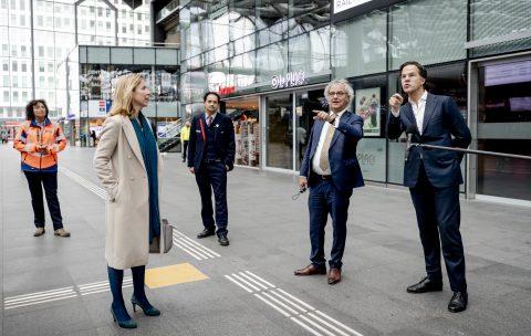 Rutte en Van Veldhoven bezoeken station Den Haag, foto: ANP