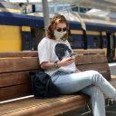 Een reiziger met een mondkapje, foto: NS