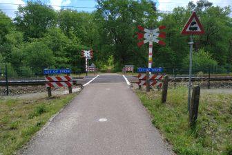 Een onbewaakte spoorwegovergang in Hilversum