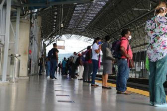 Passengers-wait-for-a-train-in-Panama-Metro