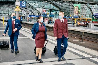 Twee medewerkers van Deutsche Bahn op het perron tijdens coronatijd