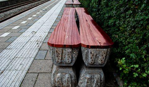 Bankje van spoordwarsliggers op station Alkmaar-Noord