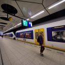 Reizigers op het perron van station Schiphol, foto: ANP