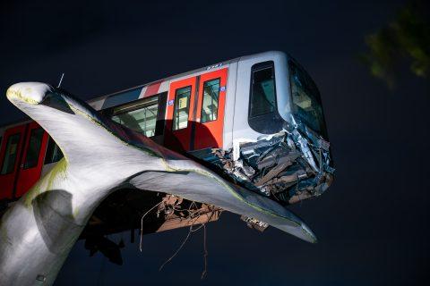 Een metro is door een stootblok gereden bij metrostation de Akkers in Spijkenisse, foto: ANP