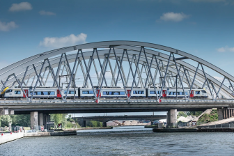 Belgische trein op spoorbrug
