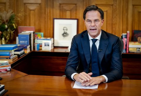 Mark Rutte tijdens de persconferentie waarbij hij de strenge lockdown aankondigde, foto: ANP