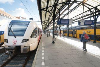 Reizigers op het centraal station in Groningen, foto: ANP