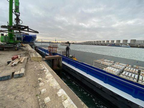 ETS Spoor vervoert spoorstaven per boot naar Theemswegtracé