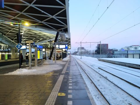 Sneeuw op station Tilburg