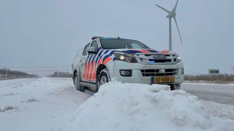 Een politieauto in de sneeuw