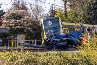 Tram ontspoord na botsing met auto op de Koekoekslaan in Nieuwegein, foto: AS Media