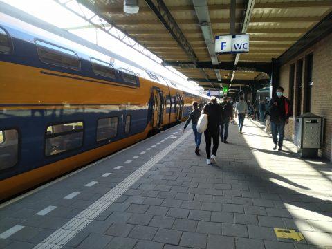 Een trein van NS tijdens corona op station Deventer