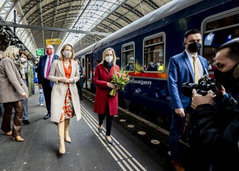 Staatssecretaris Stientje van Veldhoven en de Oostenrijkse minister van klimaat en mobiliteit Leonore Gewessler tijdens de aankomst van de eerste Nightjet op Amsterdam Centraal, foto: ANP