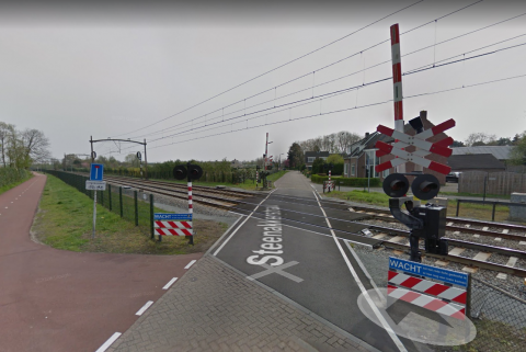 Spoorwegovergang Steenakkerstraat Breda, foto: Google Streetview