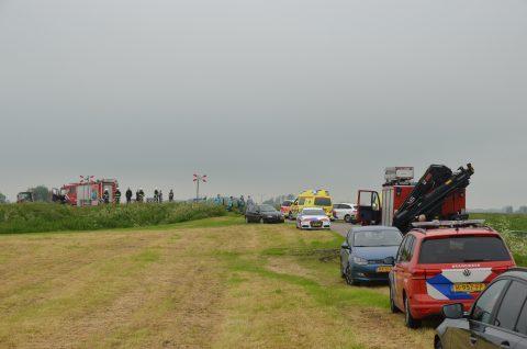 Een personenauto is door onbekende oorzaak onder een trein terechtgekomen in een dorpje in Friesland, foto: ANP