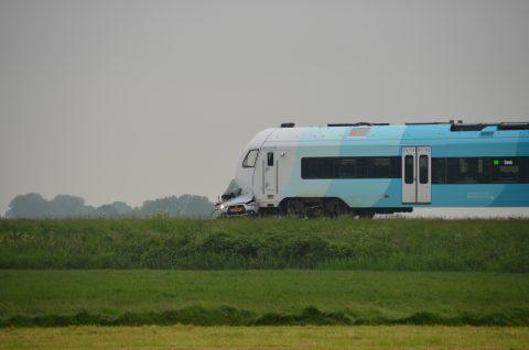 Een botsing tussen een personenauto en een Arriva-trein in het Friese Bozum, foto: Arriva