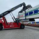 Een container van Mandersloot wordt per spoor naar Polen vervoerd
