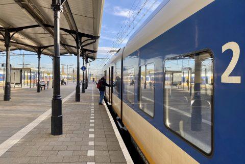 Een reiziger stapt in de trein op station Geldermalsen, foto: NS