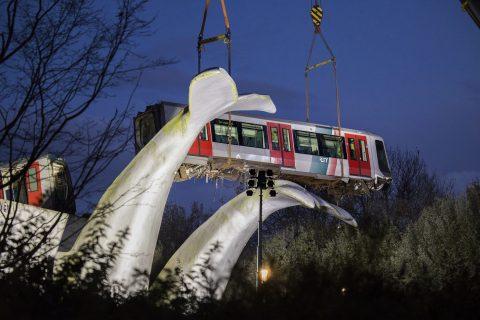 De gestrandde RET-metro wordt in Spijkenisse naar beneden getakeld, foto: ANP
