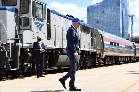 Joe Biden spreekt op het 50-jarig jubileum van spoorvervoerder Amtrak, foto: ANP