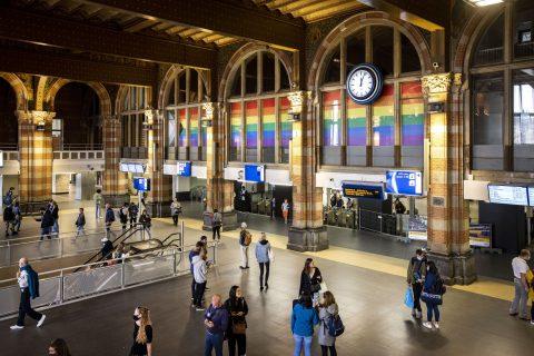 Amsterdam Centraal in regenboogkleuren voor Pride Amsterdam, foto: ANP