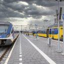 Een NS-Sprinter en een NS-intercity op station Leeuwarden, foto: NS