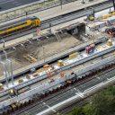 Het dak van de nieuwe reizigerstunnel van station Zuid wordt op zijn plek geschoven, foto: ANP