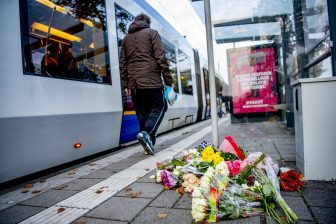 Buurtbewoners leggen bloemen bij de tramhalte aan de Anthony Fokkersingel waar een man onder een tram terechtkwam, foto: ANP