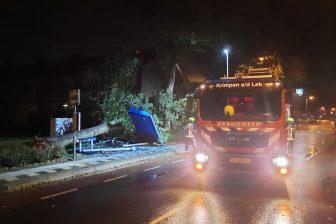 In Krimpen aan de Lek is een bushalte verpletterd door een omgevallen boom, foto: ANP